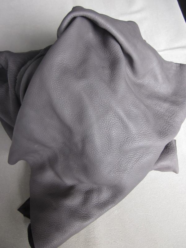 Chute de cuir épais et souple gris