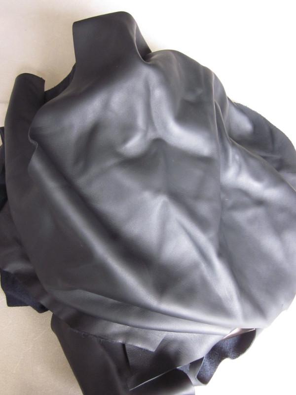 Chute de cuir lisse noir