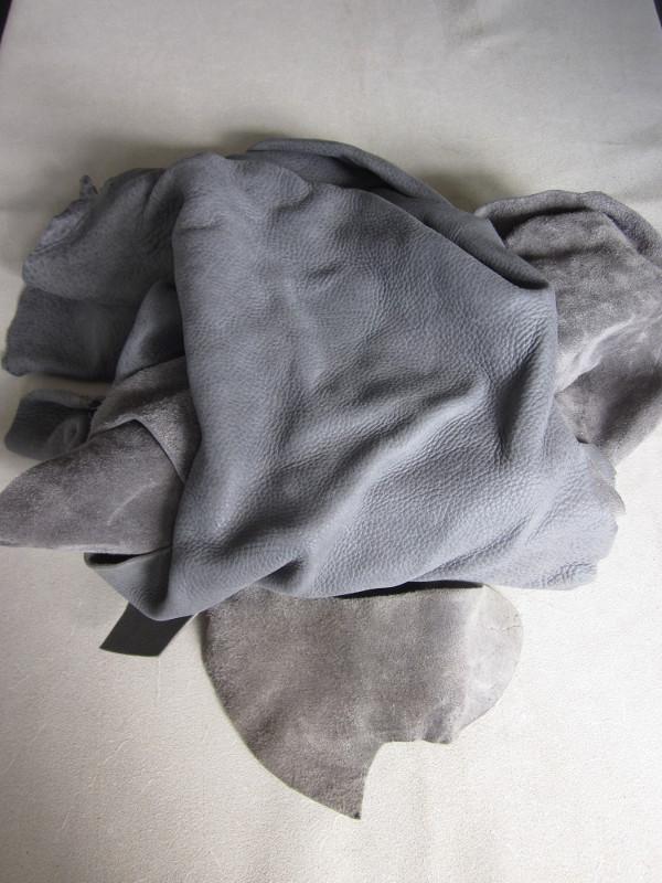 Chute de cuir épais et souple gris bleuté